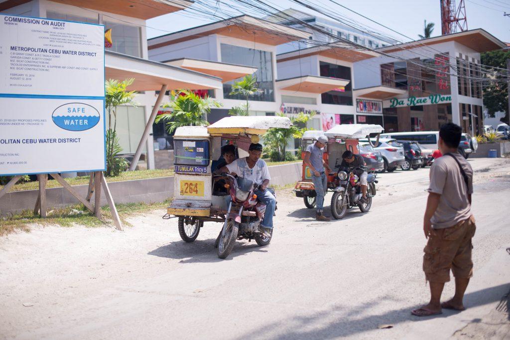 Tricycle chờ khách như xem ôm ở VN - Du lịch tự túc Cebu