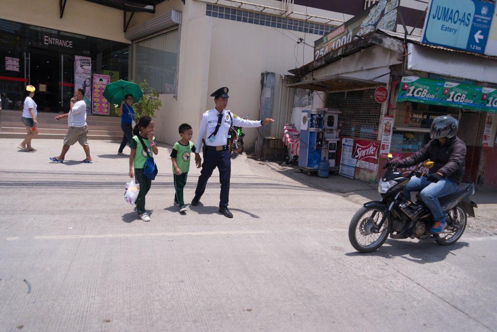 Chú bảo vệ Philippines dắt trẻ sang đường - Một hình ảnh đẹp đất Phi | Du lịch tự túc Cebu