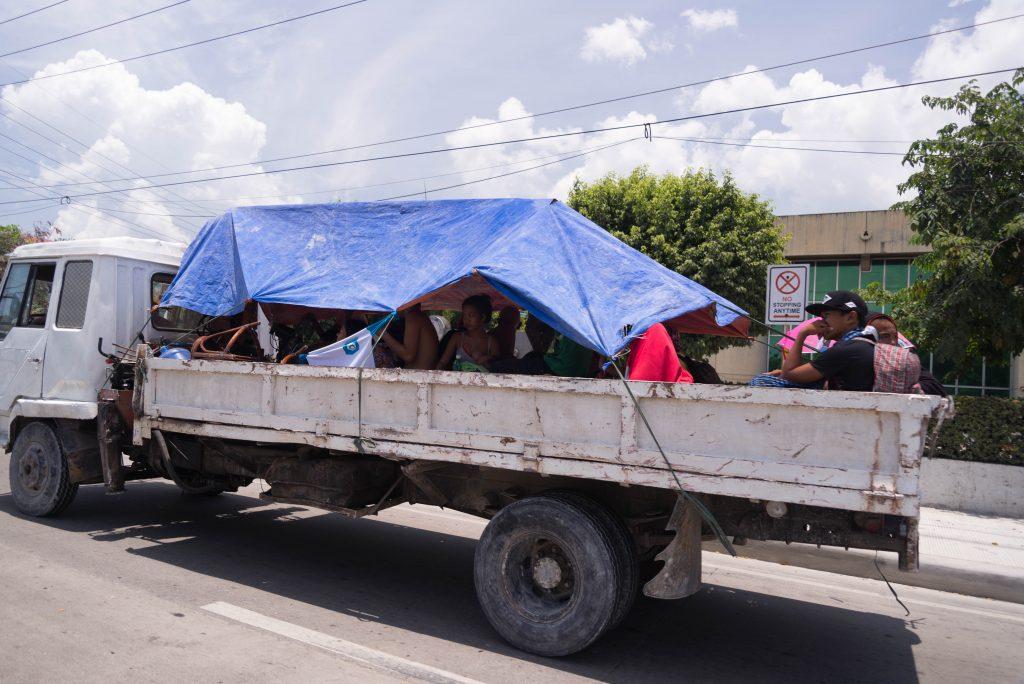 Phương tiện di chuyển công cộng hiếm thấy và đặc biệt. Đừng ai soi bạn gái nha :P | Du lịch tự túc Cebu