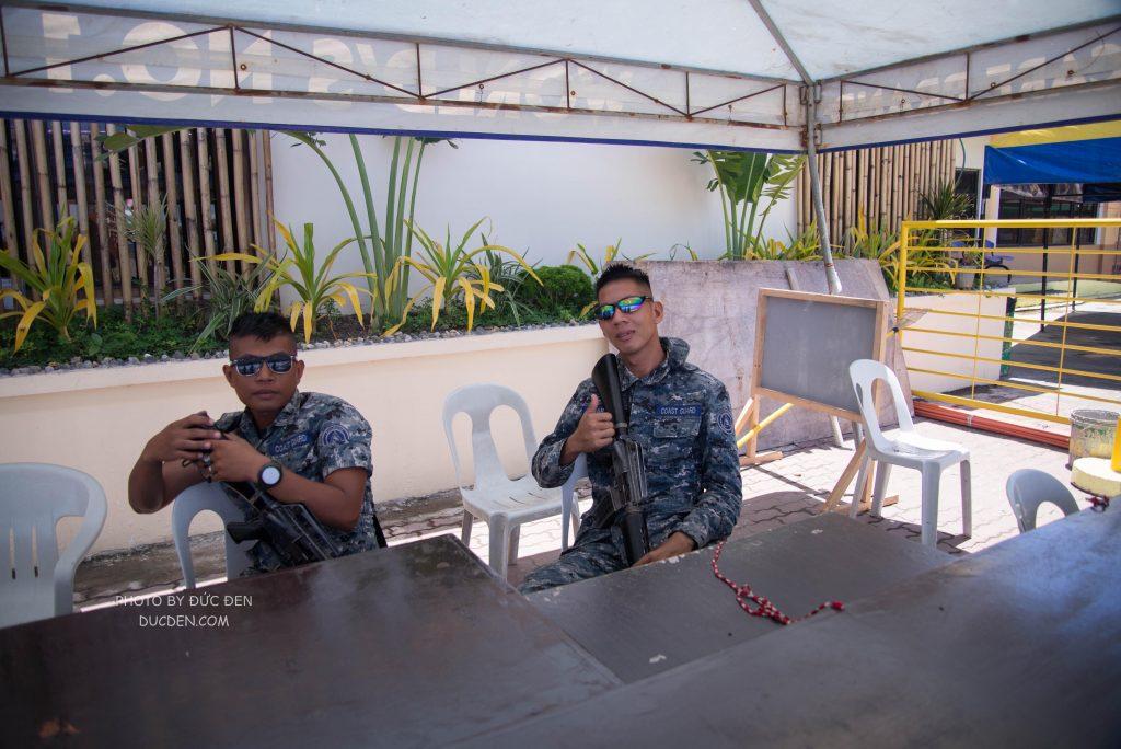 """Mấy """"chú bộ đội"""" Phillipines bảo vệ cảng - Kinh nghiệm du lịch Boracay của Đức Đen"""