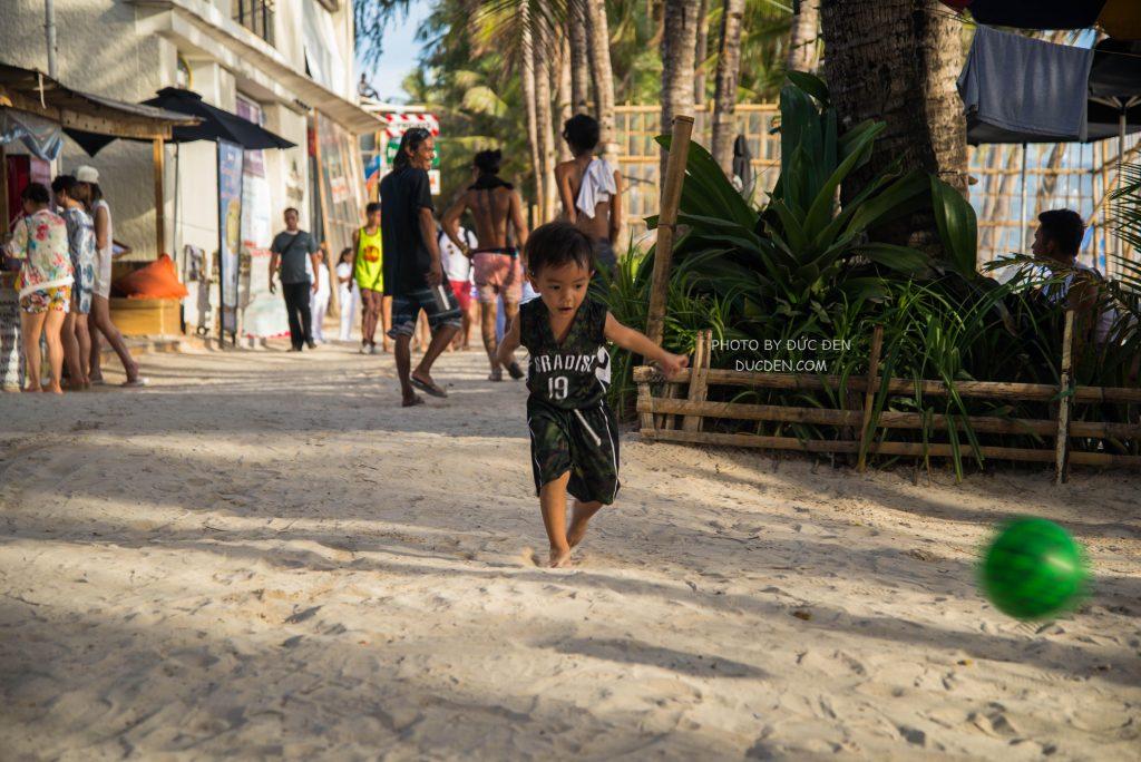 Em bé đá bóng - Kinh nghiệm du lịch Boracay của Đức Đen