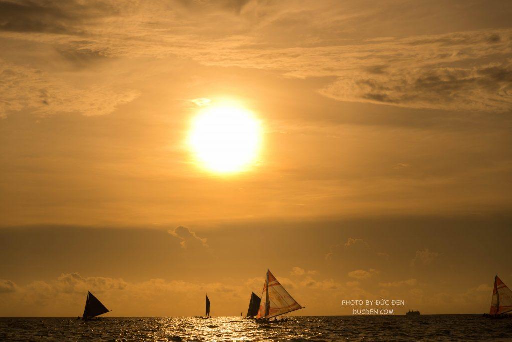 Hoàng hôn ở Boracay rất đẹp. Chị em nên thuê 1 chiếc thuyền buồm chuyên khởi hành ra khơi để ngắm hoàng hôn cực đẹp - Kinh nghiệm du lịch Boracay của Đức Đen
