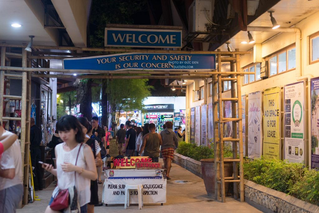 Cổng vào D'mall - Kinh nghiệm du lịch Boracay của Đức Đen