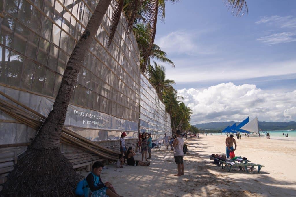 Dọc bờ biển người ta dựng lên hàng này để chắn cát bay vào, bỏ hết ra chắc đẹp lắm - Kinh nghiệm du lịch Boracay của Đức Đen
