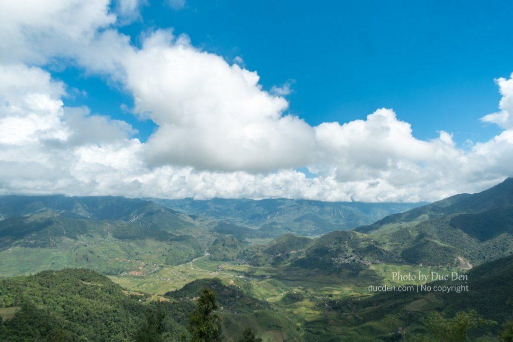 Cảnh tượng từ đỉnh đèo Khau Phạ trông quá là hùng vĩ luôn, chụp ảnh nhìn nó cứ nhỏ nhỏ thế thôi, ở ngoài nhìn phê lắm