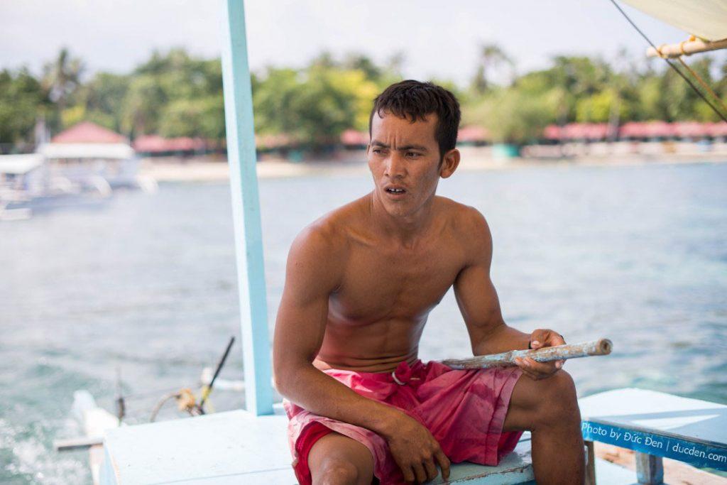 Anh lái thuyền đưa tôi ra đảo Nanusuan