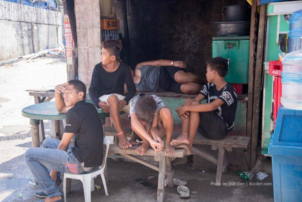 Thanh niên thôn ngồi trước cổng cảng