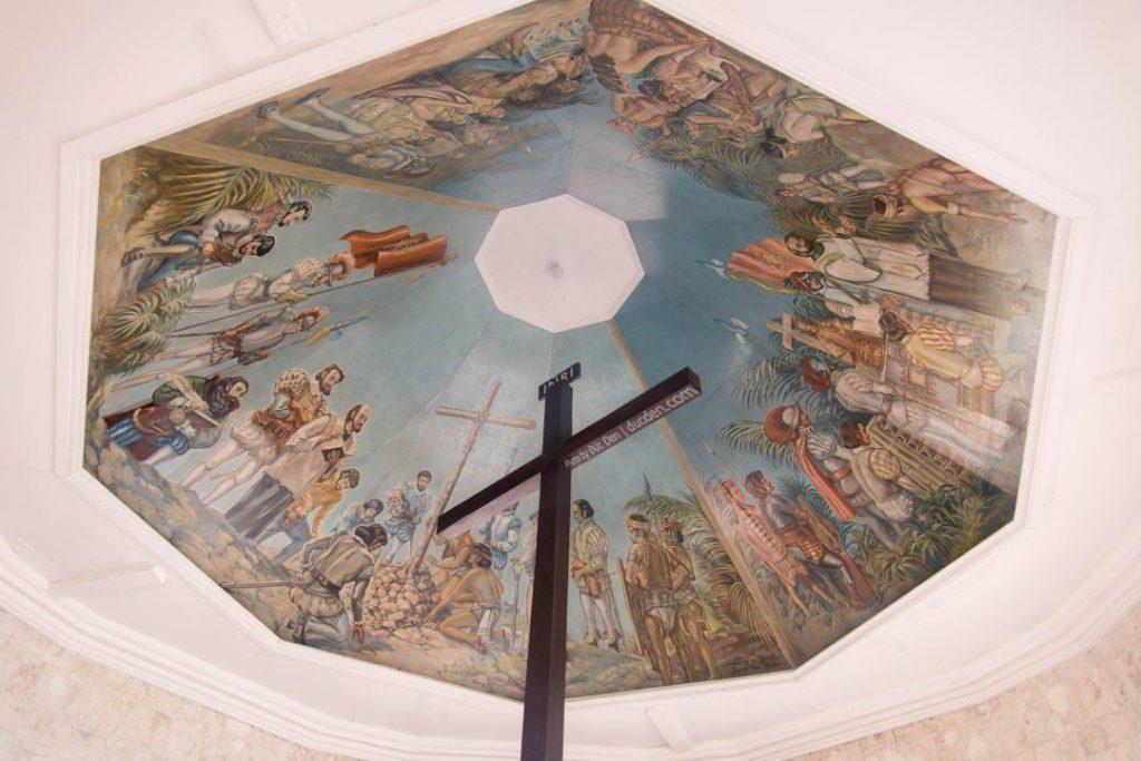 Bên trong là cây thánh giá và bức tranh cổ | Du lịch Cebu