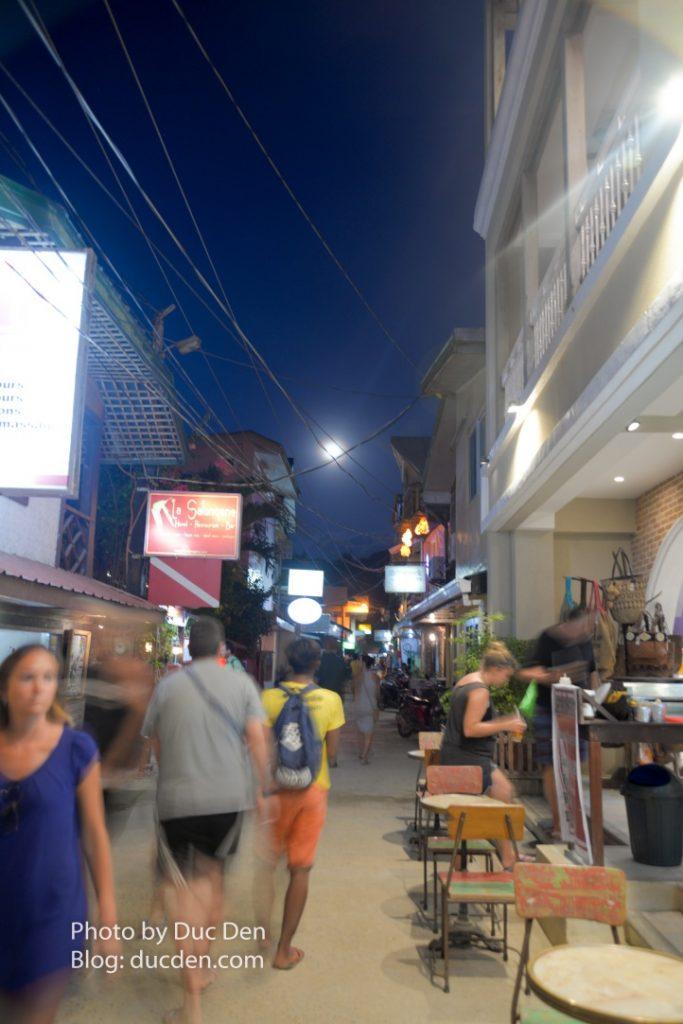 Một góc phố nhộn nhịp ở thị trấn El Nido - Sorry vì chụp hơi mờ