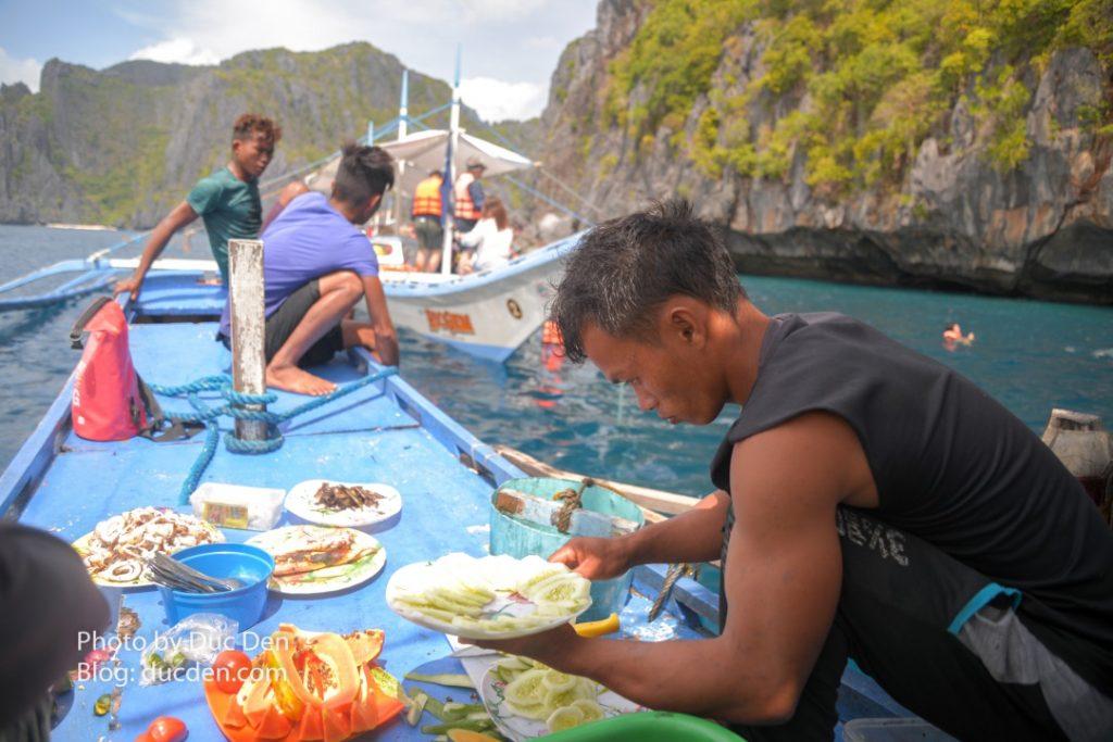 Bữa trưa trên thuyền đã bao gồm trong tour A. Thuyền chúng tôi dừng ở đảo Shimizu để nghỉ ăn trưa