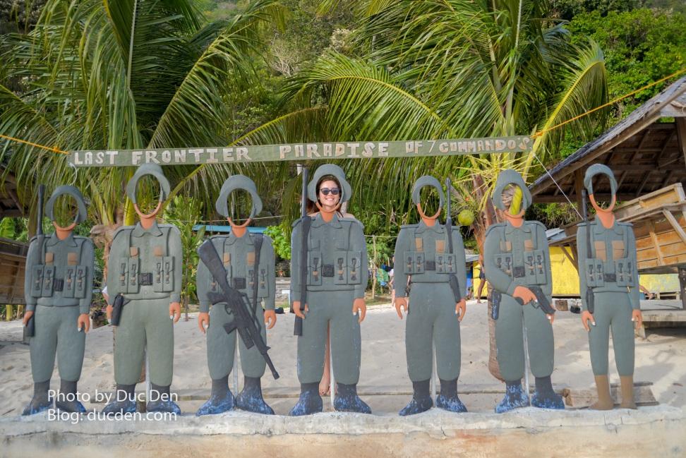 Gọi là đảo Seven Commandos vì trên đảo có 7 anh lính như này :))