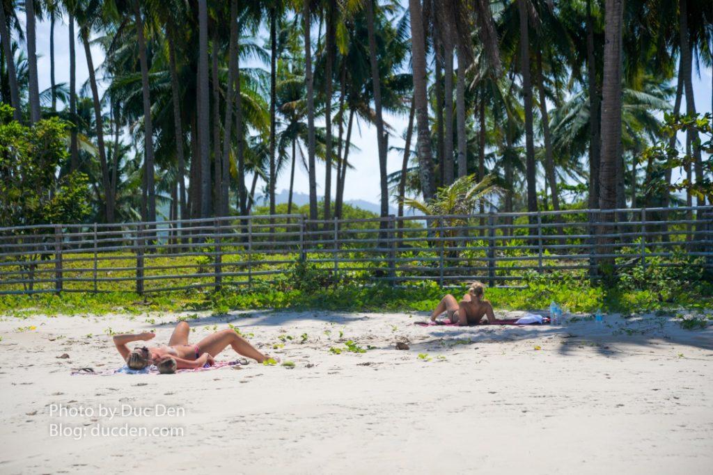 Có 2 em đang tắm nắng nude vô tình lọt vào ống kính của tôi