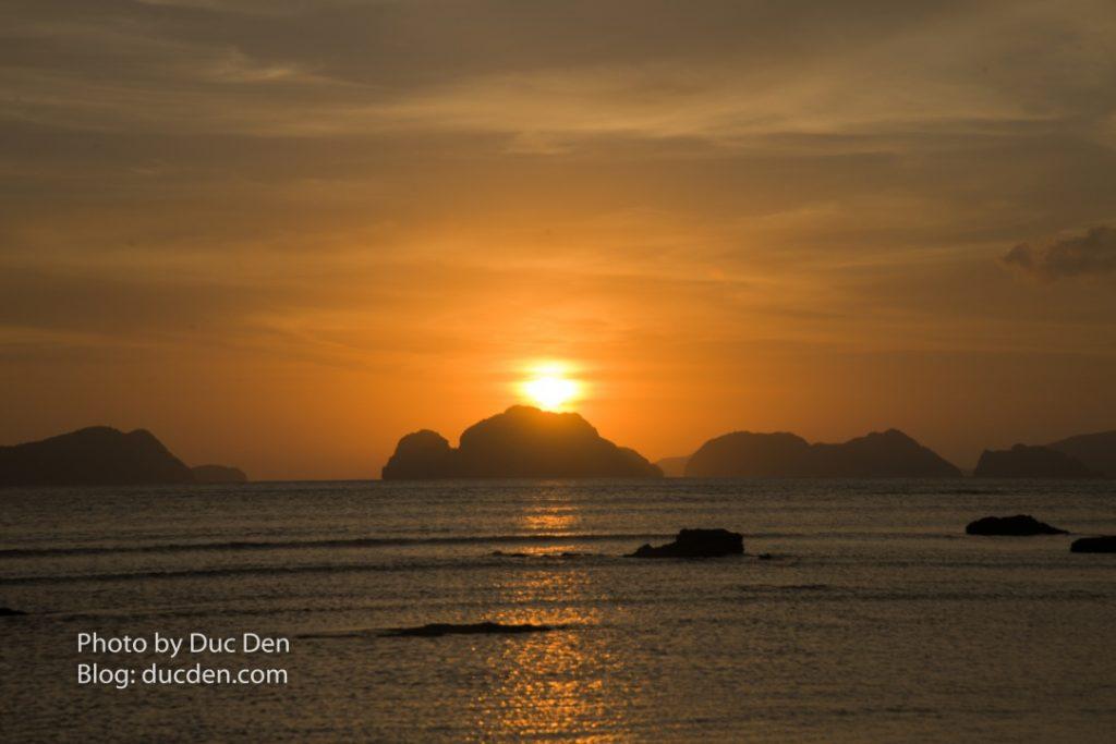 Ngắm hoàng hôn ở bãi biển Las Cabalas là một trải nghiệm phải làm khi du lịch El Nido