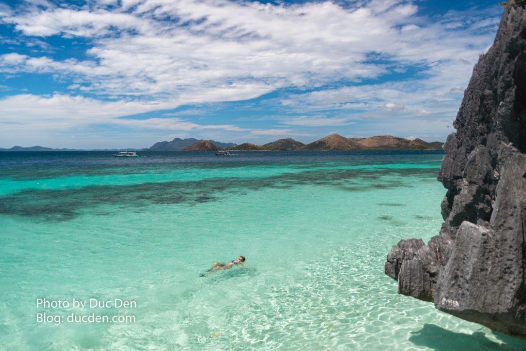 Tôi thích cái cảm giác thả mình giữa dòng nước xanh trong này và kệ cho ánh nắng chói chang của mặt trời chiếu vào