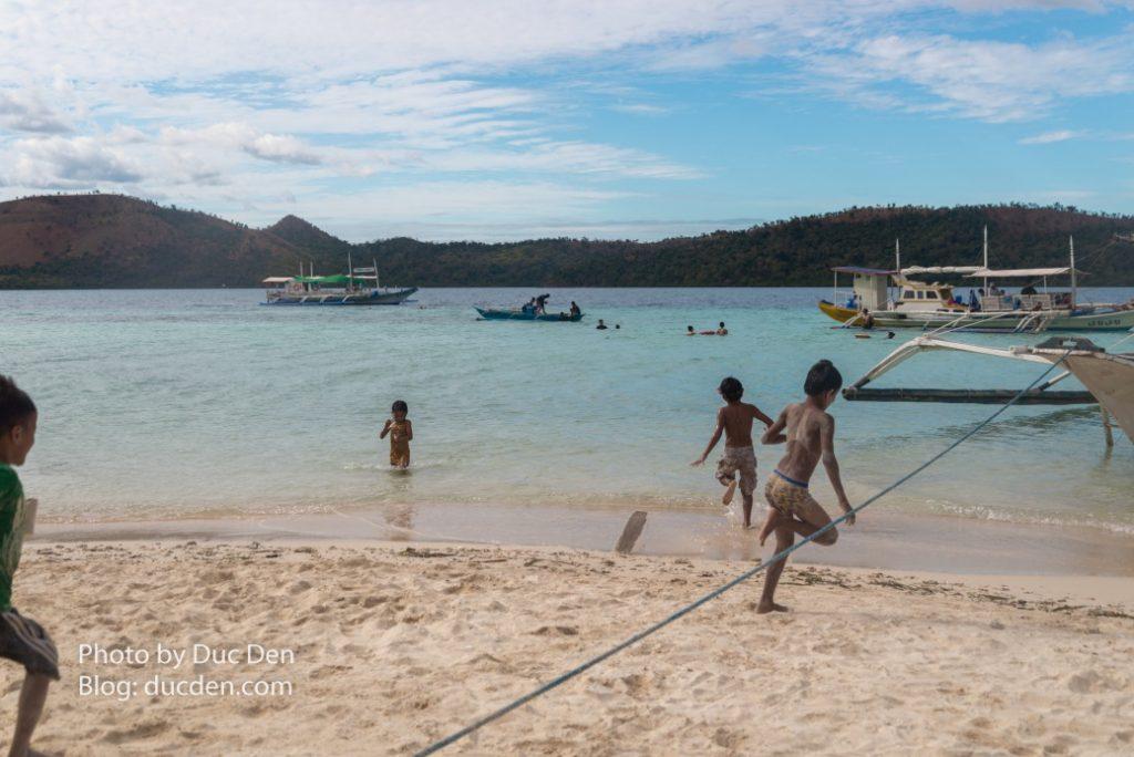 Các gia đình bản xứ cho con cái đến CYC beach chơi đùa, nấu nướng ăn uống trên đảo