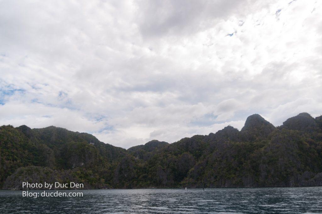 Những rặng núi như kiểu vịnh Hạ Long nè, nhưng dày đặc hơn, đằng sau đó là các kì quan thiên nhiên thực sự đó - Du lịch Coron tự túc