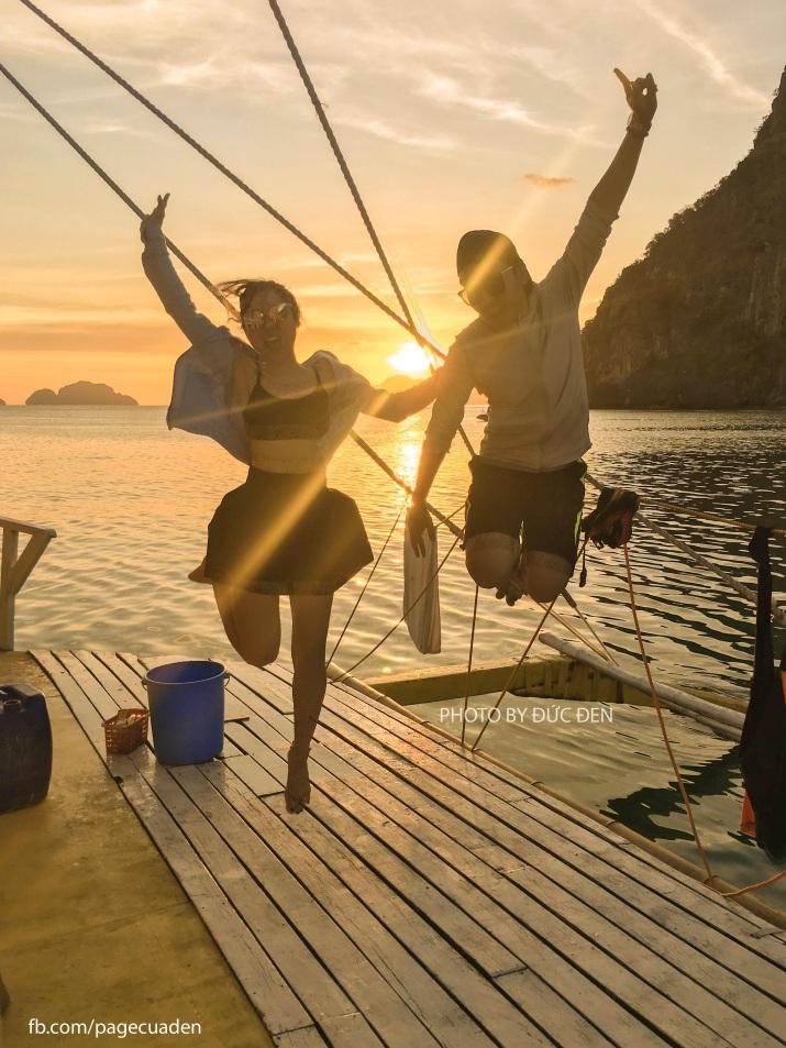 Hoàng hôn ngoài biển gần bãi Corong Corong ở El Nido. 2 chúng tôi chèo Kayak và được một số bạn Philippines chào đón lên 1 chiếc thuyền chuyên tổ chức party chơi