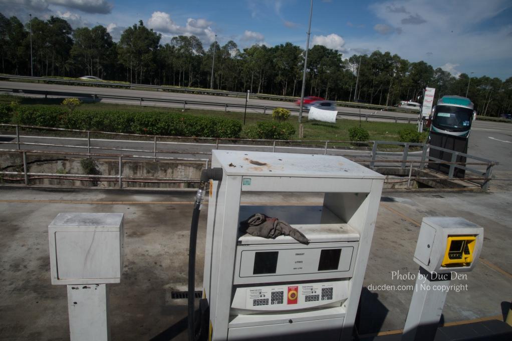 Xe dừng tại một trạm xăng trên đường đến Malacca | Du lịch Malacca