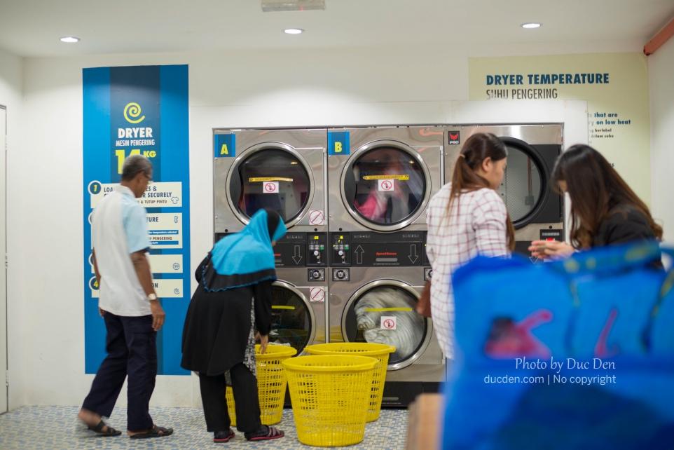 Tiệm giặt tự động - Bỏ xèng vào tự giặt thôi chứ không có người trông ở đây