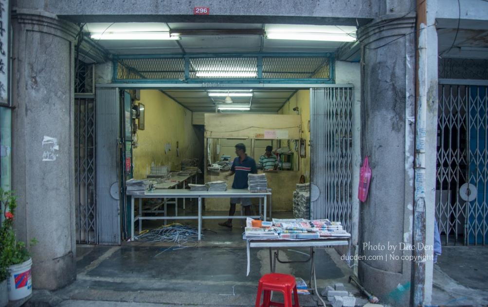 Ở Penang giờ người ta vẫn còn thói quen đọc báo giấy mỗi sáng