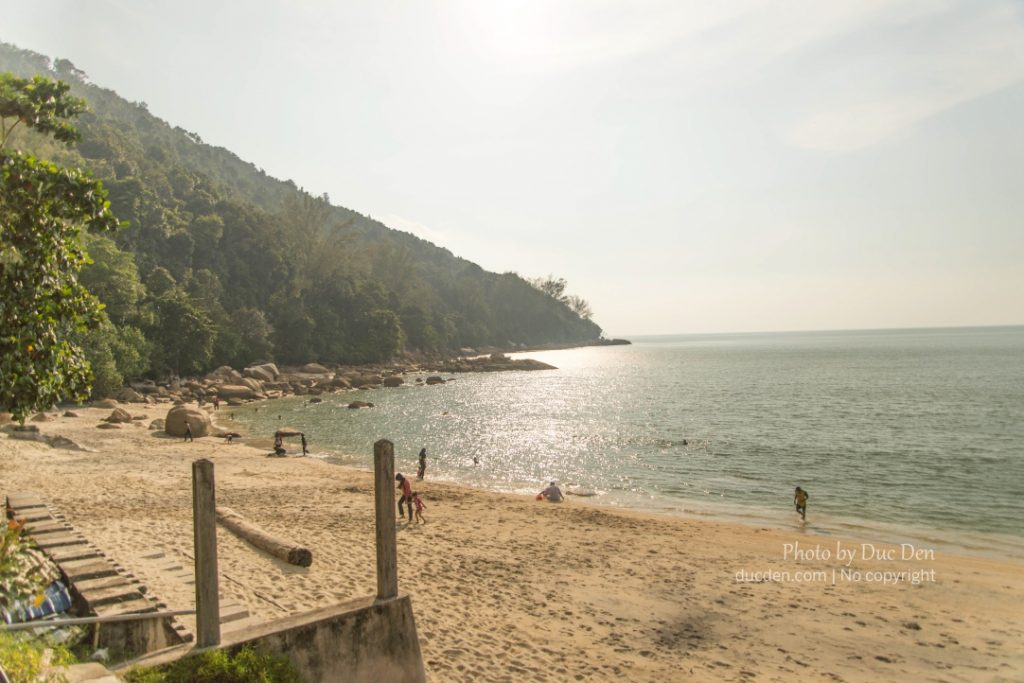 Một bãi biển dọc đường từ Geogre Town đến Monkey Beach
