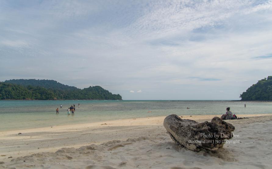 Hòn đảo này có bãi cát dài và nước nông, trong xanh