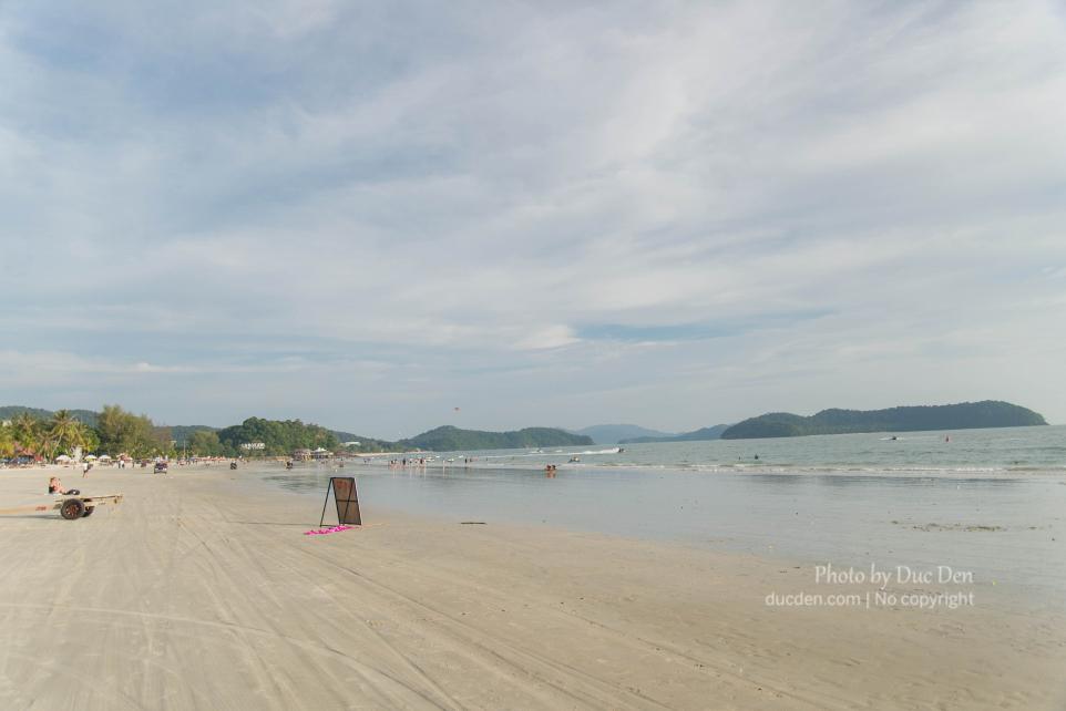 Bãi Cenang gần trung tâm đông đúc nhất của đảo, có gì đó khá giống Boracay