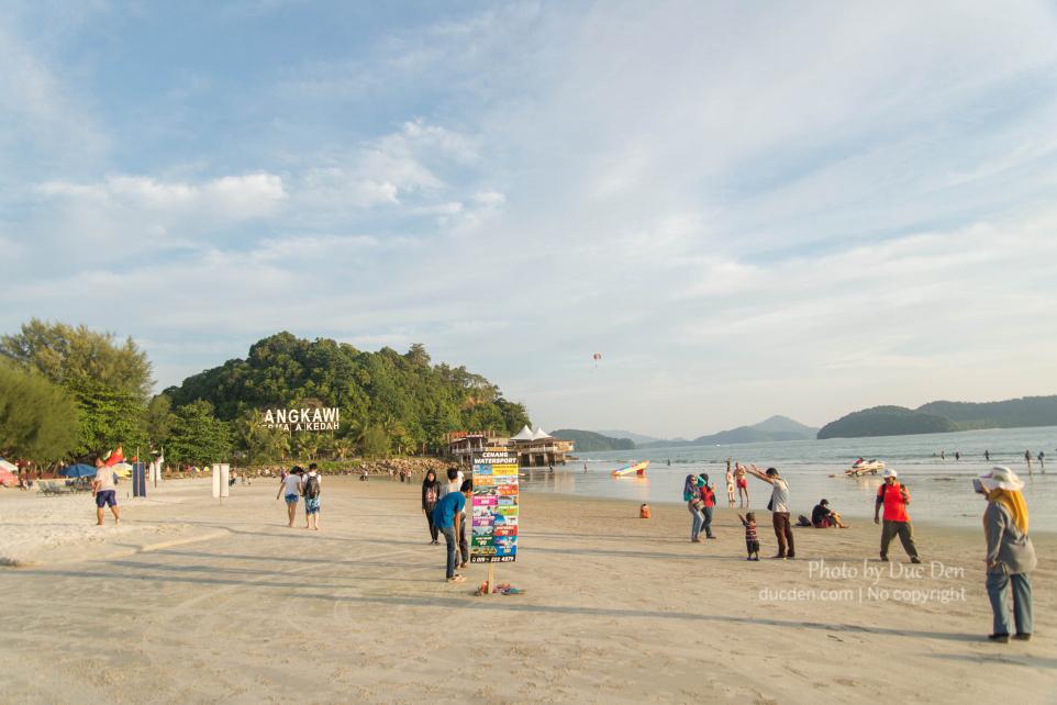 Biển ở bãi Cenang thì không ấn tượng, nhưng chiều ra cũng có nhiều trò chơi