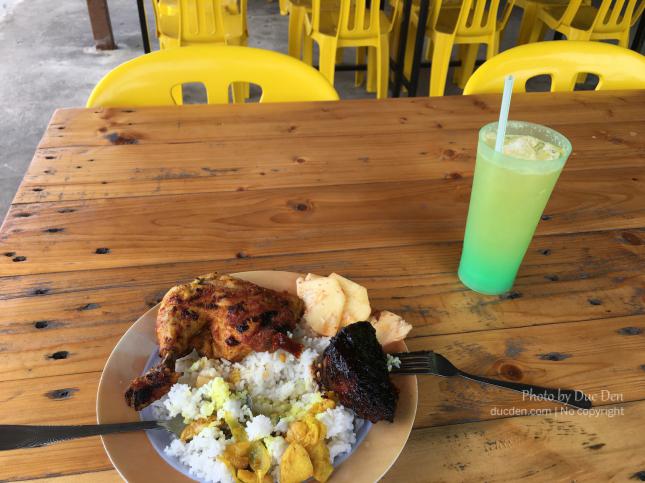Bữa cơm trưa tại một quán bình dân trên đường về trung tâm đảo từ Langkawi Sky Bridge