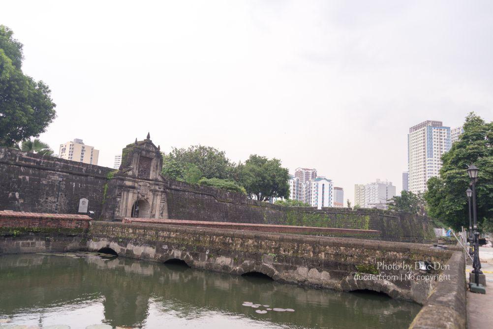 Anh em có thấy có nét giống cổng kinh thành Huế không?