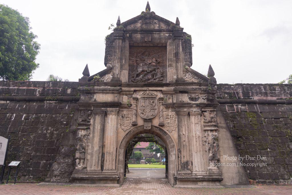 Thành cổ Intramorus và pháo đài Santiago sát nhau chả biết thằng nào với thằng nào