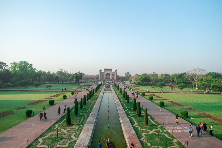 View từ đền chính nhìn thẳng ra cổng vào