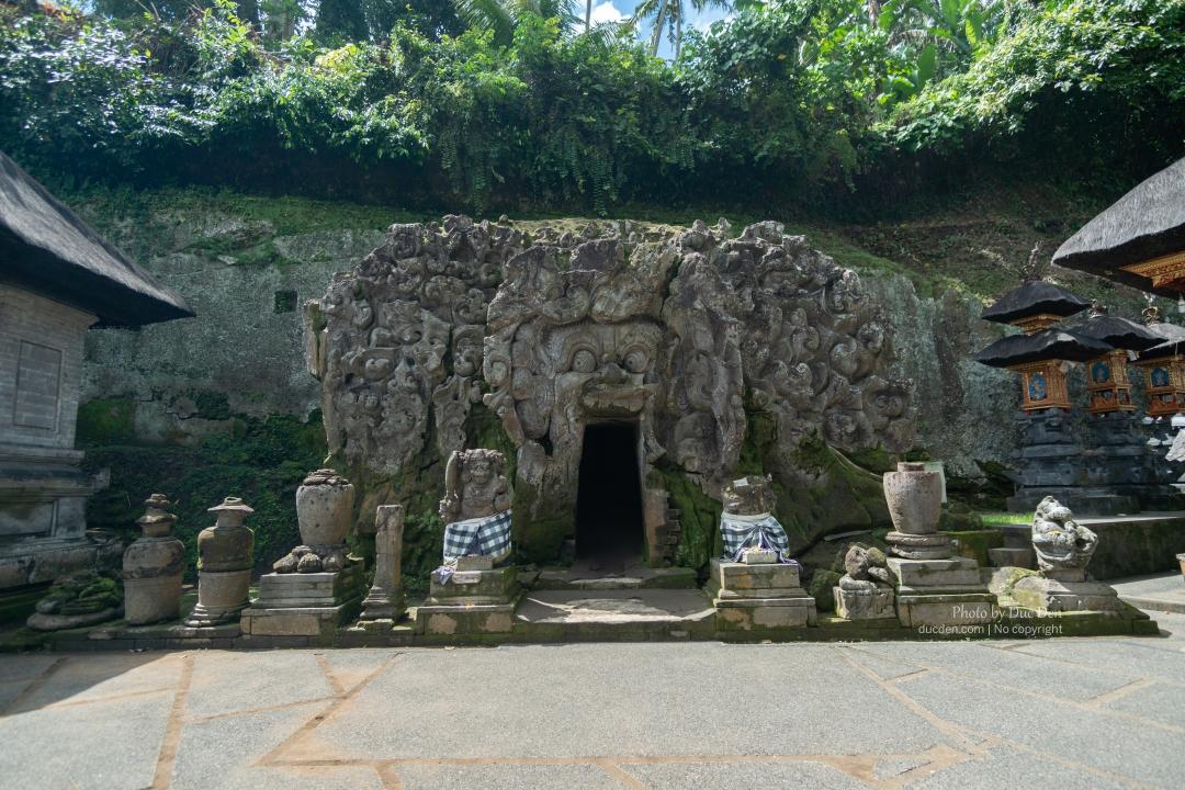 Bên trong hang voi có 3 ban thờ nho nhỏ