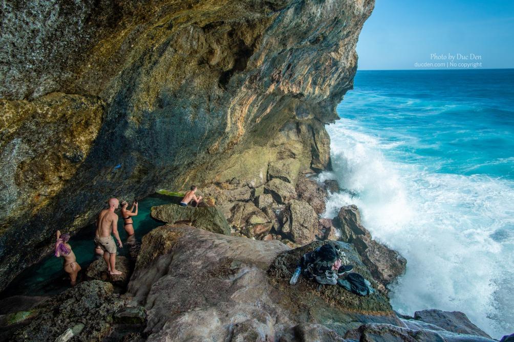 Chỗ này có bể bơi tự nhiên do nước thác chảy xuống, bơi ở đây ra mép bể vô cực tự nhiên nhìn những con sóng siêu to khổng lồ ập đến mà thấy sự vĩ đại của tạo hóa. Ghen tị với người Bali lắm đó (Yên tâm là sóng không đánh vào đến bể đâu)