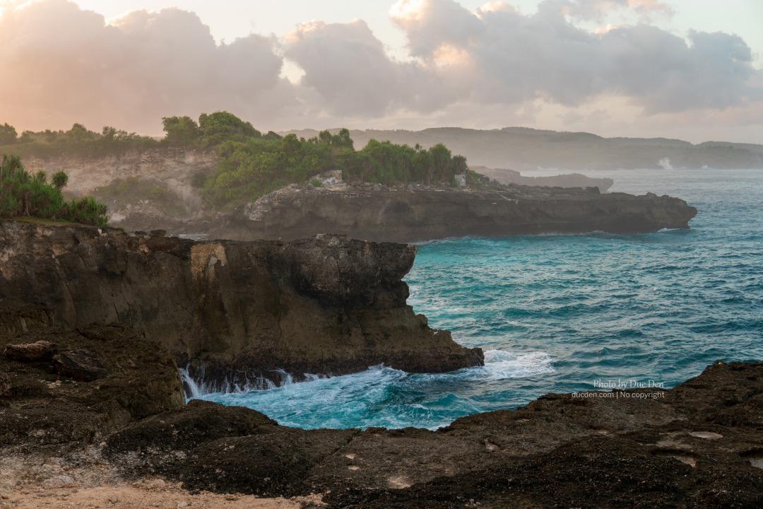 Blue Lagoon sáng sớm vắng hoe và sóng to