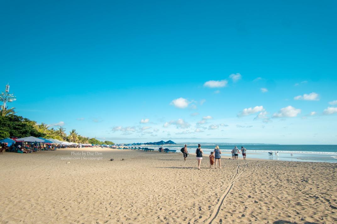 Bãi biển Kuta với cát trải rộng, dài