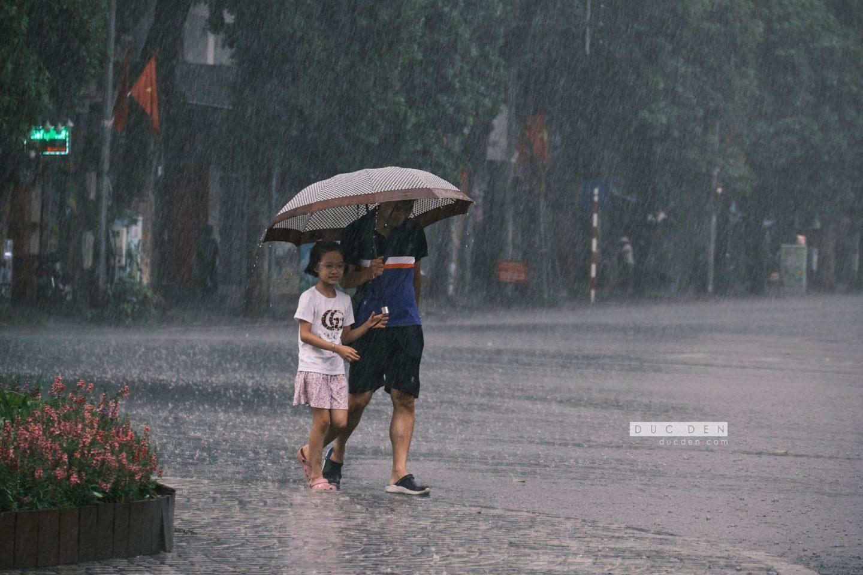 Bố và em dưới cơn mưa