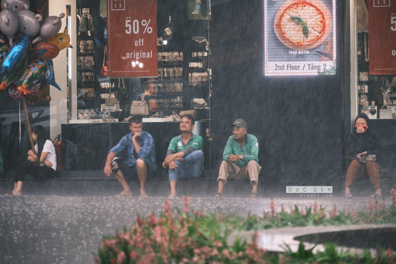 Một phút lặng ngồi nhìn cơn mưa rơi
