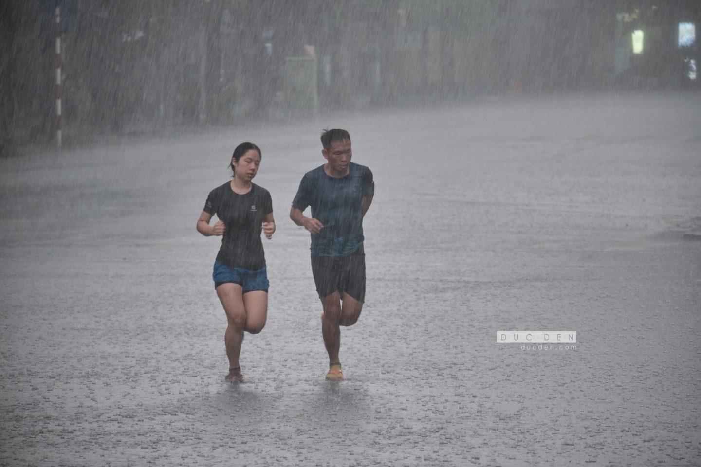 Chạy Marathon hồ hoàn kiếm ngày mưa - đức đen