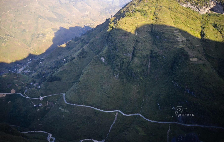 Đèo Mã Pí Lèng nhìn từ trên cao như thể bị nghiêng mình theo sườn núi, phải nhìn từ trên cao mới thấy nó nguy hiểm hơn nhiều